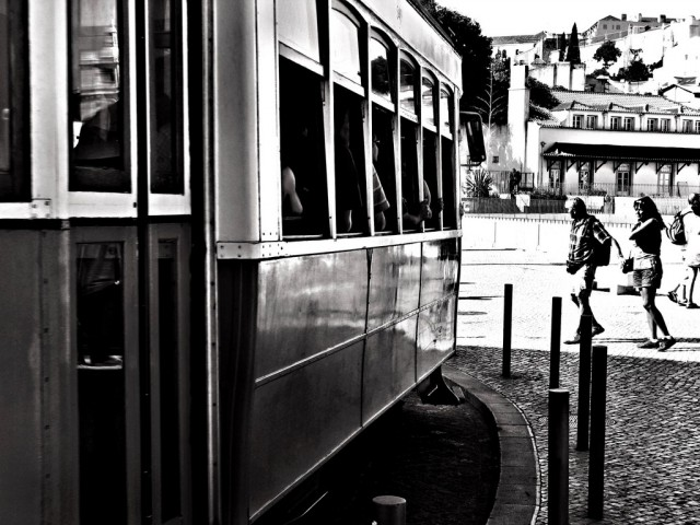 Lisbona-tram-gente